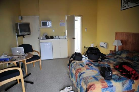Adventure Lodge & Motel: La chambre avec le coin cuisine