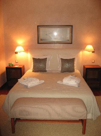 Benalup-Casas Viejas, Espagne : Uno de los tres dormitorios con lo que cuenta la villa privada con piscina.