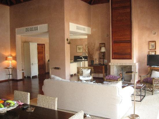 Fairplay Golf Hotel & Spa: Amplio salón con comodos sofas, y en un lateral una gran cocina.