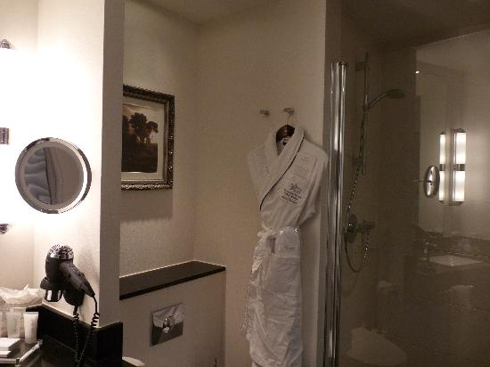 Kempinski Hotel Dukes' Palace Bruges - Superior room - Bathroom - bathrobe and shower