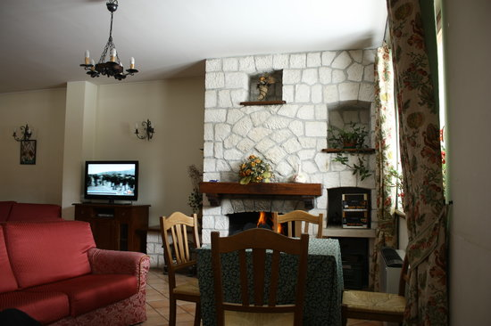 Ovindoli, Italy: Sala bar e TV. Il cammino una volta è stato acceso.