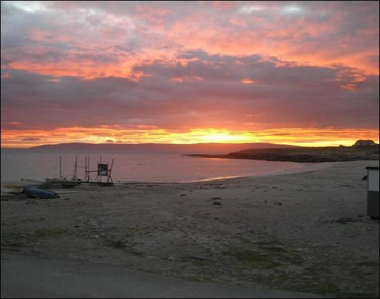 Inisheer, Irlanda: Beach outside hotel at sunrise