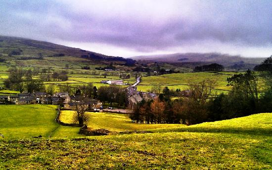 Green Dragon Inn: View overlooking The Green Dragon and Hardraw village.