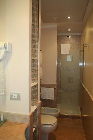 Salle de bain picture of enterprise hotel milan tripadvisor for Salle de bain hotel