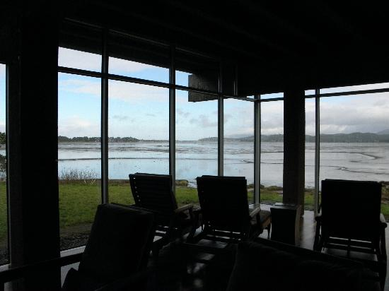 Salishan Lodge and Golf Resort Spa: Common Room with view of Selitz Bay