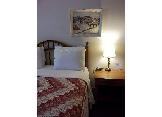 Colonial Motel: Sweet Cotton Quilts!