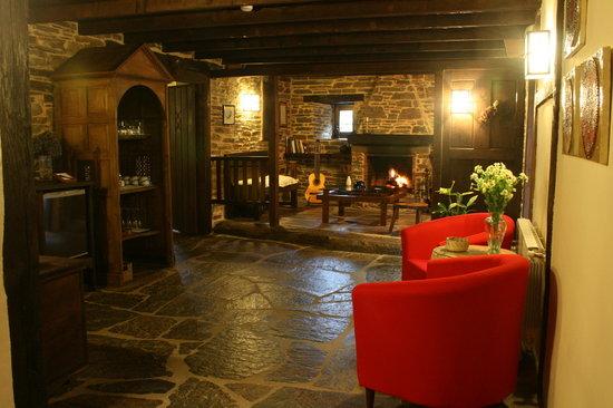 Hotel Casona Cantiga del Agueira : Lareira con chimenea