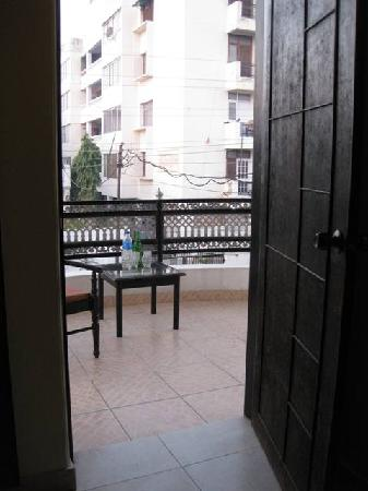 Taj Home Stay: Even with balcony, but to noisy street and the front yard with smoking staff.