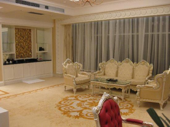 Huasheng Jiangquan City Hotel: Seating Area with Wet Bar