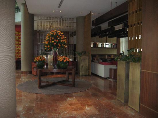 JW Marriott Hotel Bogota: Beautiful flowers in lobby