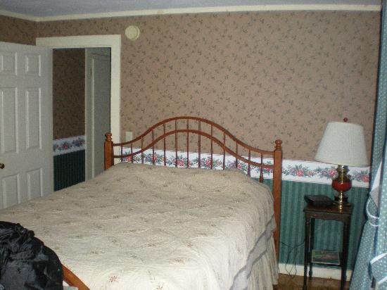 West Dover Inn: The comfy new foam bed- we took the other pillows off!