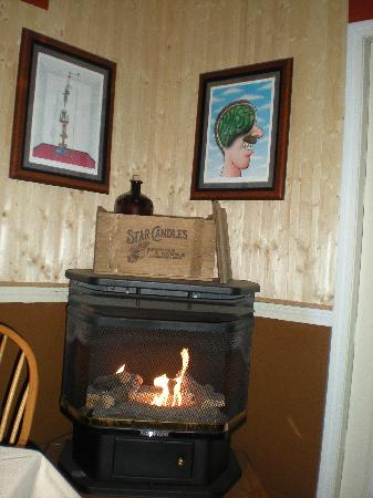 West Dover Inn: The gas fire stove in the dining area