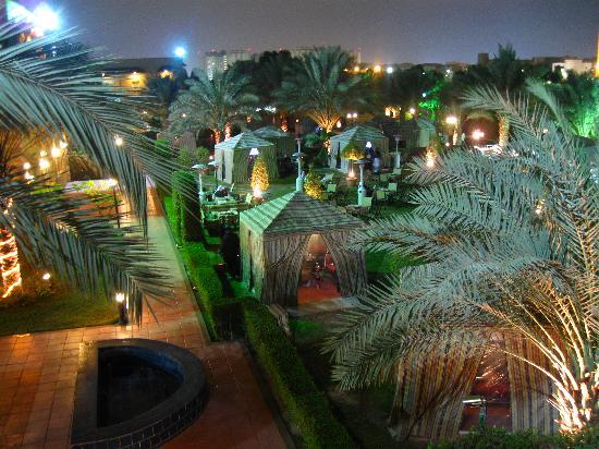Movenpick Hotel Kuwait: Jardin arrière