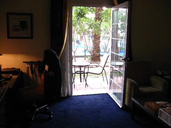 Movenpick Hotel Kuwait: Vue d'une chambre du RC vers le jardin