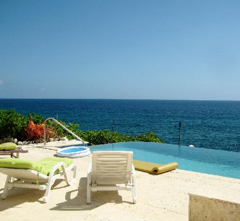 Sea Spray Cottage: pool and view