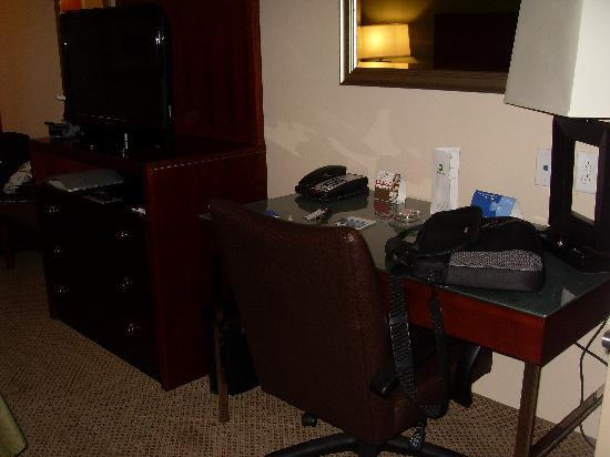 Holiday Inn Richmond South - City Gateway: Desk and TV