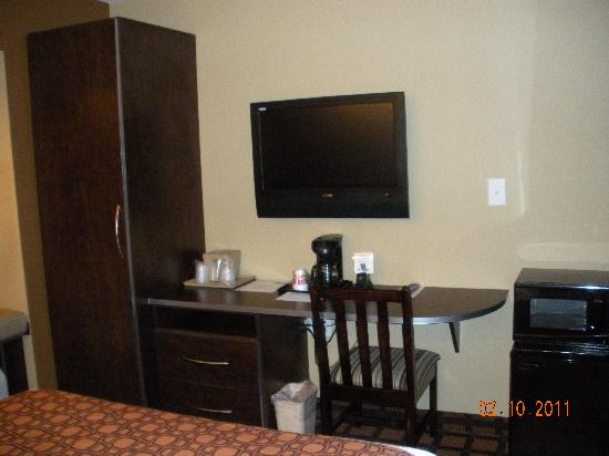 Microtel Inn & Suites by Wyndham Perry: Closet/Desk/TV, Microwave & fridge