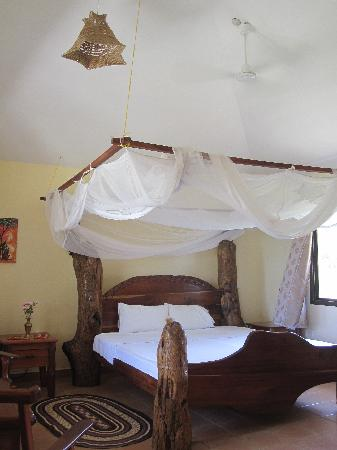Villa Annchen: Huge bed made from driftwood