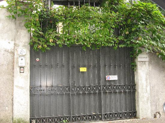 Hotel San Marino - Laglio: Gates to George Clooney's place down the hill from hotel