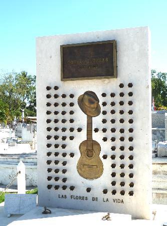 Santa Ifigenia Cemetery: Das Grab Compay Segundos; jede Blume steht für ein Lebensjahr