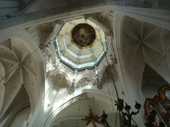 Liebfrauenkathedrale (Onze-Lieve-Vrouwekathedraal): 高さ43mの「聖母被昇天」