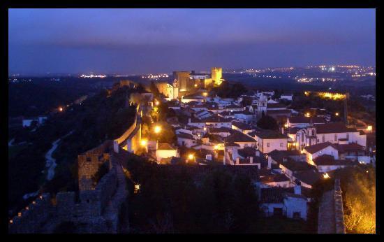 Obidos, Portekiz: sulle mura di notte
