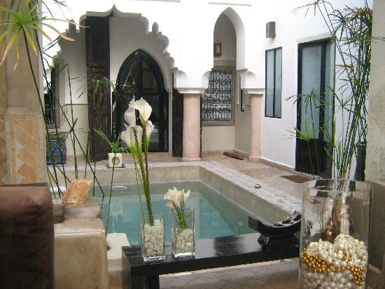 Riad 5 Sens: piscina nel patio