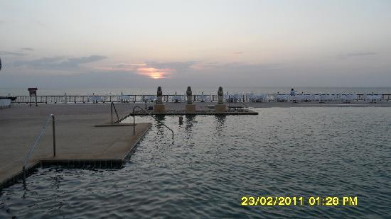 Andaman Princess Resort & Spa: Poolen og havet