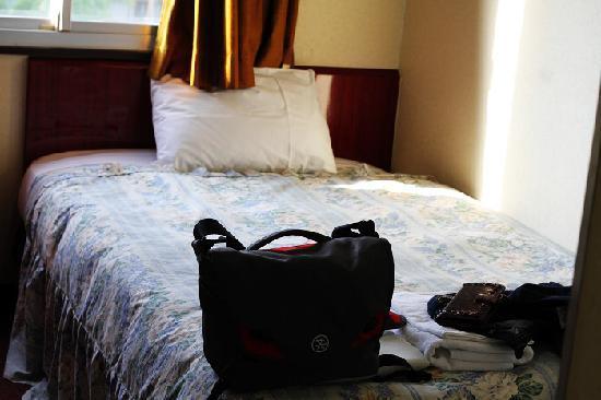 Osaka Corona Hotel: Bed in the room