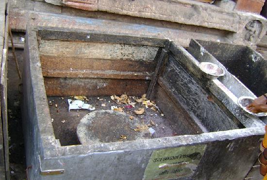ألابوزا, الهند: 寺院入り口の、ココナッツを割る場所