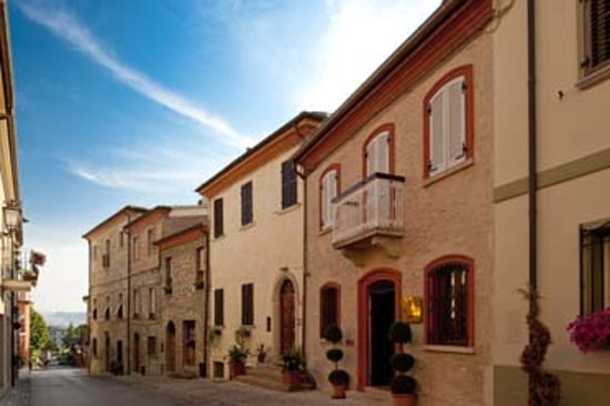 Oste del Castello Wellness & Bike: L'ingresso dell'hotel nel borgo di Verucchio
