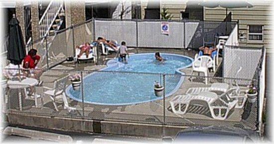 باي بريز موتل: Pool