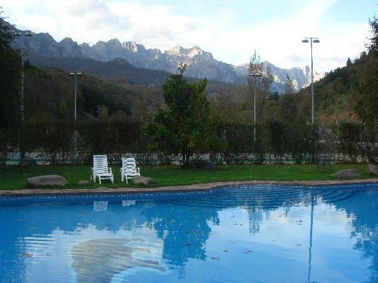 Hotel del Oso: The pool and mountains