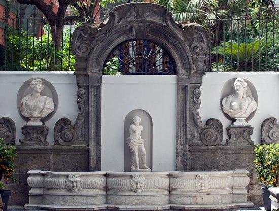 Hotel Piazza Bellini : ancient fountain