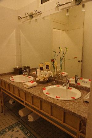Boutique Hotel Mansion del Angel: Bath; shower and toilet are in adjoining room