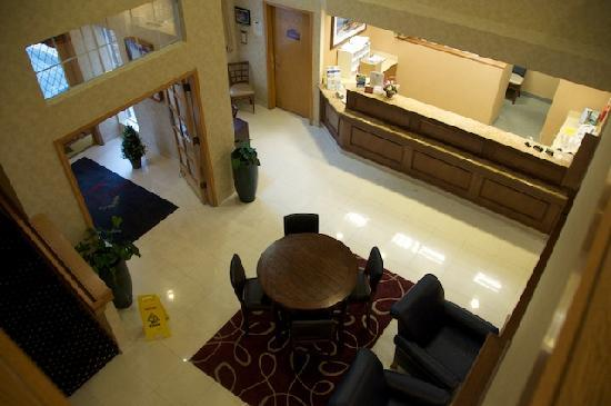 Residence Inn Seattle Northeast/Bothell : Arial view of check in lobby. Cozy Fireplace just out of view.