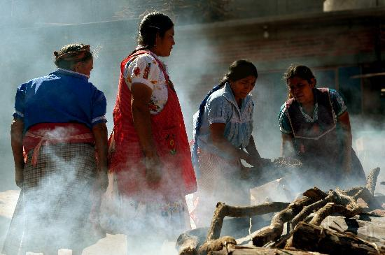 Traditions Mexico Cultural Journeys : Firing pottery