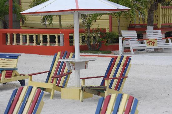 Tropical Paradise Hotel: beach chairs