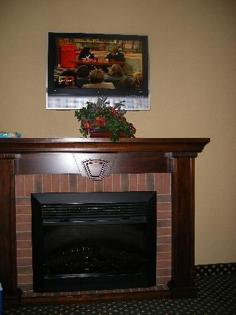 Holiday Inn Express Broken Arrow : fireplace