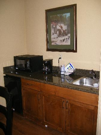 Holiday Inn Express Broken Arrow : kitchenette