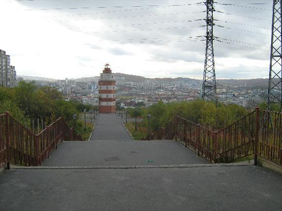 Murmansk, Rússia: Panorama der Stadt von der Spitze des Hügels.