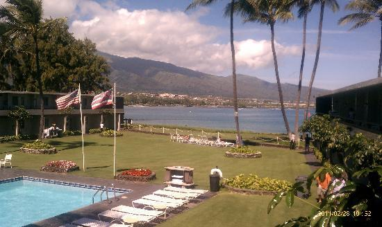 Maui Seaside Hotel: View of the grounds and harbor from balcony