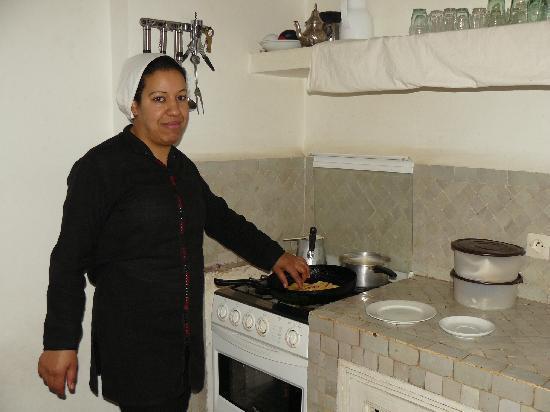 Riad Dar Aicha : cocinando el desayuno