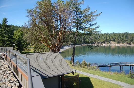 Mayne Island Resort: Adjacent to sandy beach
