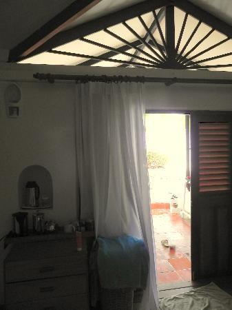 Rihiveli by Castaway Hotels & Escapes: l'apertura sopra la porta, da cui entra calore, luce e quant'altro