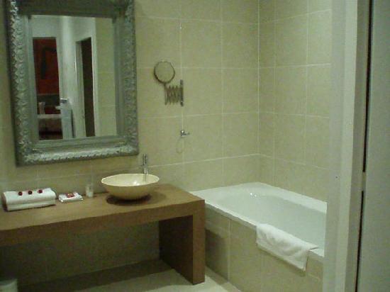 Chateau de Siran : lovely bathroom with tub