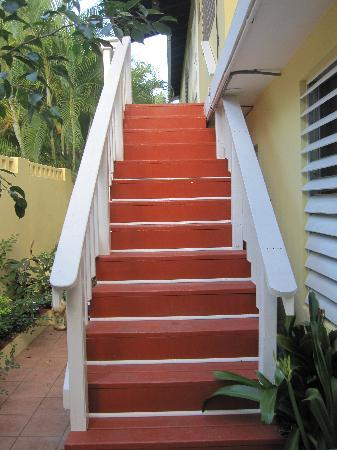LemonTree Oceanfront Cottages: The stairs to our room