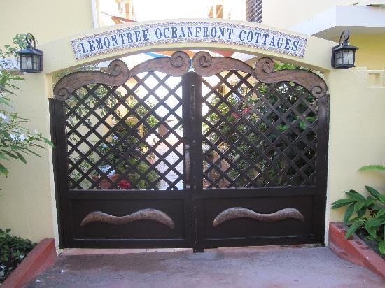 LemonTree Oceanfront Cottages: Entryway