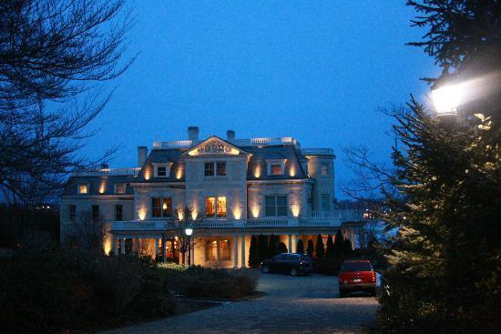The Chanler at Cliff Walk: Chanler House at dusk