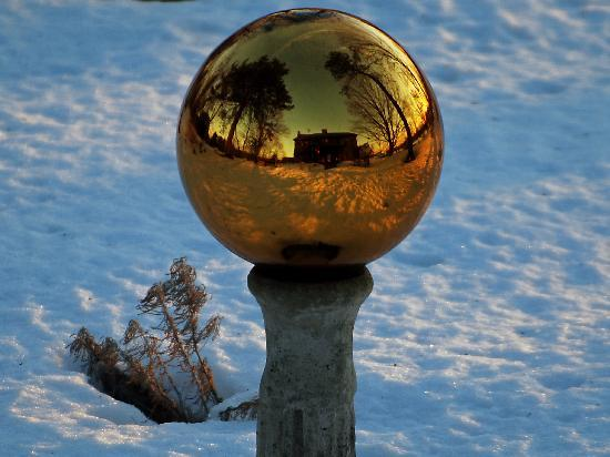 Roseledge Country Inn and Farm Shop: The gazing ball in the front yard